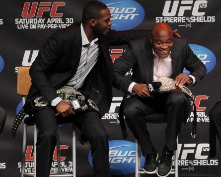A. Silva (dir.) voltou a afirmar que não tem intenção de disputar o título dos meio-pesados contra J. Jones (esq.). Foto: UFC/Divulgação