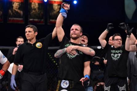Pat Curran (ao centro) em sua última defesa de cinturão. Foto: Bellator