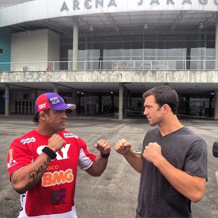 V. Belfort (esq.) e L. Rockhold (dir.) se encaram em frente à Arena Jaraguá. Foto: Reprodução/Instagram