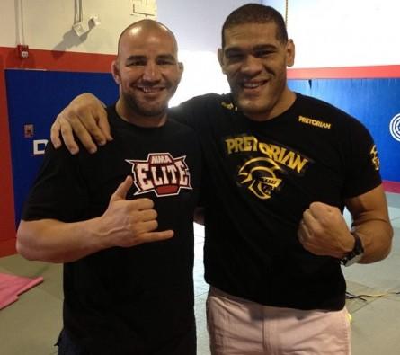 Glover (esq.) irá ajudar Pezão (dir.) nos treinamentos para disputa do cinturão do UFC. Foto: Divulgação/Twitter