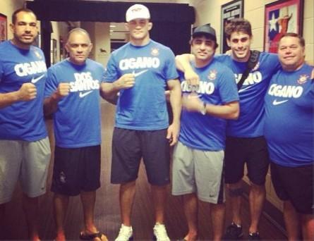J. Cigano (ao centro) posa para fotografia com sua equipe. Foto: Reprodução/Instagram