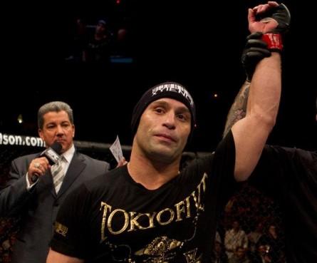 Aos 38 anos, M. Serra pendurou as luvas. Foto: Josh Hedges/UFC