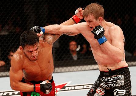 E. Dunham (dir.) golpeia R. Dos Anjos (esq.) no UFC no Combate 2. Foto: Josh Hedges/UFC
