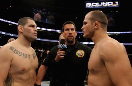 J.Cigano (dir.) e C. Velasquez (esq.) vão se enfrentar pela terceira vez pelo título dos pesados. Foto: Josh Hedges/UFC