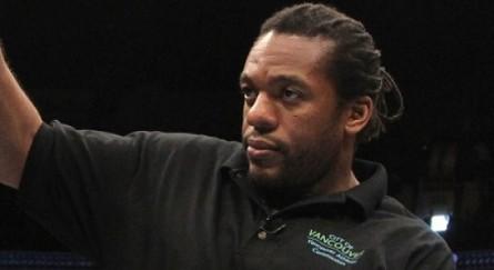 O veterano árbitro Herb Dean será o terceiro homem no octógono na luta principal do UFC 162. Foto: UFC/Divulgação