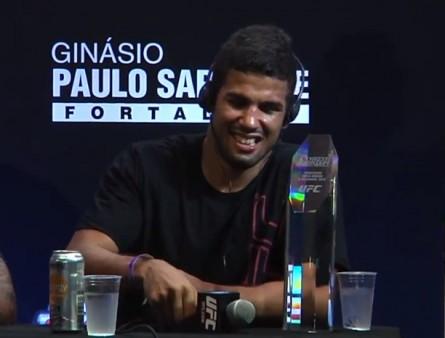 L Santos (foto) pode lutar no UFC entre os pesos leves. Foto: Reprodução/YouTube