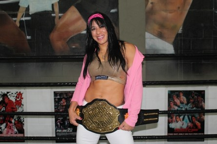 Ana Maria (foto) com o cinturão do Web Fight Combat