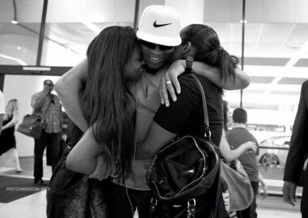 A. Silva (centro) é abraçado pelas filhas. Foto: Twitter/Reprodução
