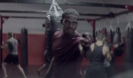 J. Jones (foto) em sua aparição no comercial da Nike. Foto: Reprodução/YouTube
