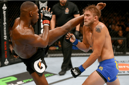 Jones (esq.) acerta um chute alto em Gustafsson (dir.). Foto: Josh Hedges/UFC