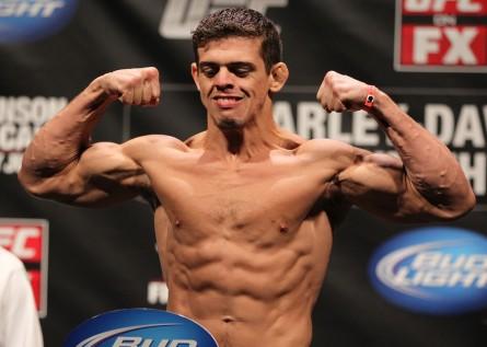 C. Magalhães (foto) volta ao octógono em dezembro. Foto: Josh Hedges/UFC