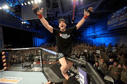 T. Kennedy comemora nocaute sobre Sapo; militares aplaudem. Foto: Josh Hedges/UFC