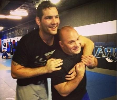C. Weidman (esq.) brinca com M. Serra (dir.) durante treinamento. Foto: Reprodução/Facebook