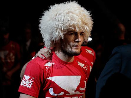 K. Nurmagomedov e sua chamativa peruca, que já se tornou marca registrada. Foto: Josh Hedges/UFC
