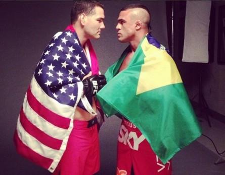 C. Weidman (esq.) e V. Belfort (dir.) envoltos nas bandeiras do Brasil e EUA. Foto: Instagram/Reprodução