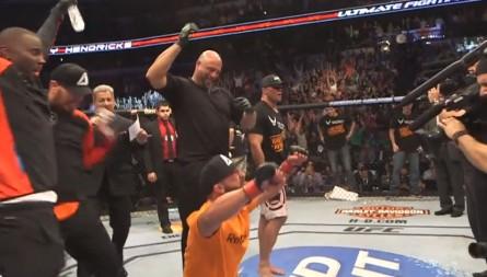 Hendricks comemora anúncio de que venceu combate contra Lawler. Foto: Reprodução/UFC