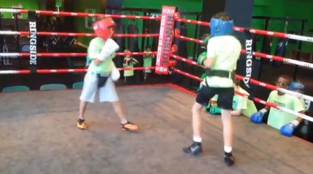Davi Belfort (de capacete vermelho) faz sessão de boxe nos EUA. Foto: Reprodução/YouTube