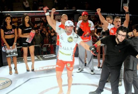 G. Coelho (foto) comemora vitória em retorno ao MMA. Foto: Lucas Carrano / SUPER LUTAS