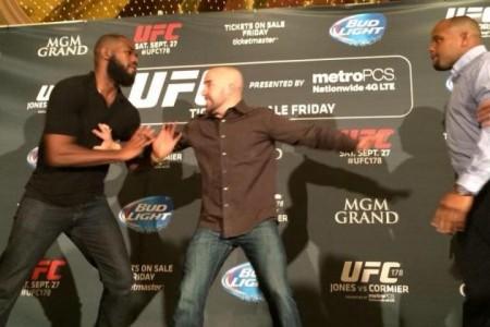 Jones e Cormier brigaram durante evento promocional em Las Vegas. Foto: Reprodução
