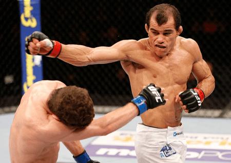 Sem Chance (dir.) em sua última luta no UFC; cearense disputa cinturão no Circuito Talent. Foto: Josh Heges/UFC