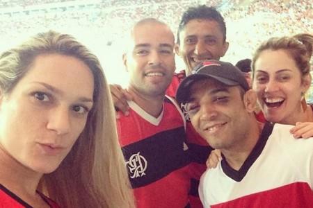 Aldo, esposa e amigos acompanharam o jogo no Maracanã. Foto: Reprodução/Instagram
