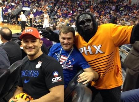 J. Cigano (esq.) e Miocic (centro) posam ao lado do mascote do Phoenix Suns. Foto: Reprodução