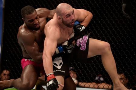 Teixeira foi dominado nos três rounds por Davis. Foto: Divulgação/Inovafoto