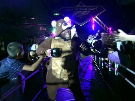 C. Barnett durante sua entrada peculiar no ringue. Foto: Reprodução/Vimeo