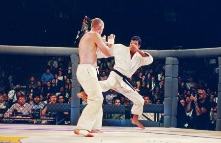 Royce (dir.) parte pra cima de Gegard Gordeau (esq.) na final do UFC 1. Foto: Holly Stein/UFC