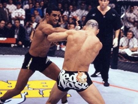 Sequência de Vitor sobre Wand foi a cena mais marcante do UFC Brasil em 1998. Foto: Divulgação
