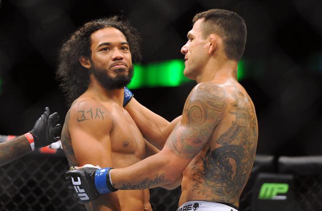 Dos Anjos e Henderson se cumprimentam após nocaute do brasileiro. Foto: Divulgação/UFC