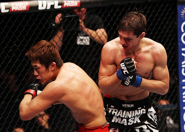 D.H. Kim (esq.) prepara a cotovelada giratória que lhe garantiu no primeiro lugar no nosso ranking. Foto: Mitch Viquez/UFC