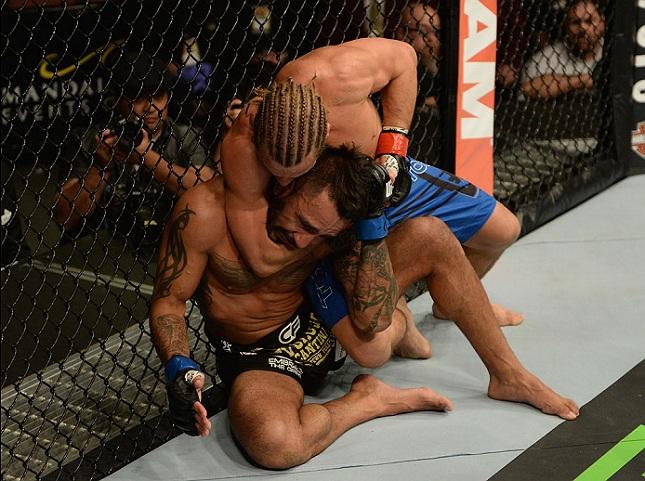 F. Rivera é finalizado por U. Faber no UFC 181. Foto: Josh Hedges/UFC