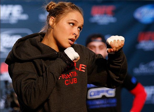 Ronda venceu duas vezes em 2014, ambas por nocaute, e brilhou quase como estrela solitária no UFC. Foto: Josh Hedges/UFC