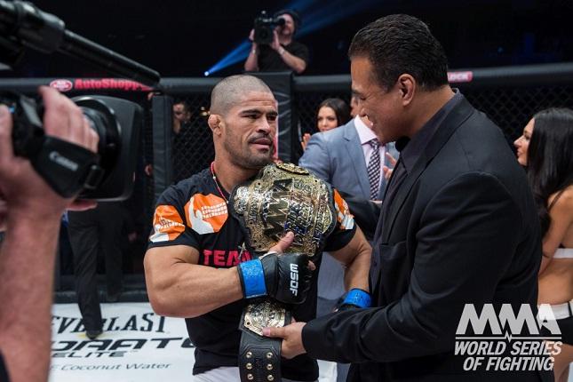 Toquinho recebe o cinturão do WSOF das mãos de Ray Sefo. Foto: Divulgação