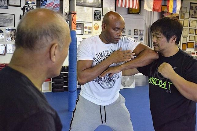 A. Silva treina com Dan Inosanto. Foto: Reprodução