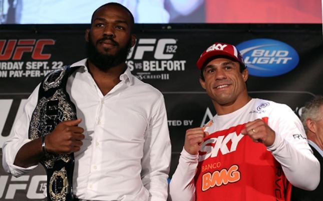 Jones (esq.) e Belfort (dir.) se enfrentaram em 2012 pelo cinturão dos meio-pesados. Foto: Josh Hedges/UFC