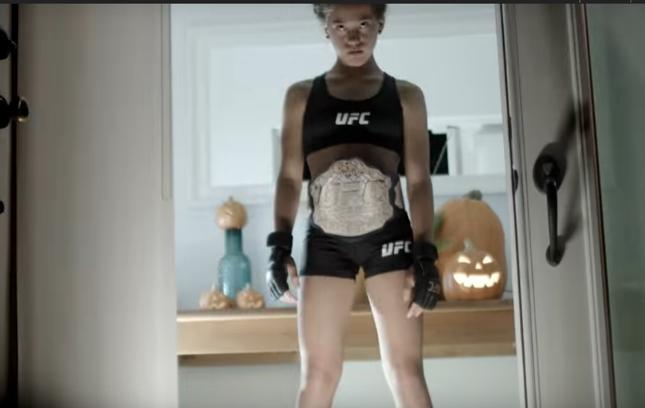 Jovem fantasiada de Ronda no novo comercial do UFC 193. Foto: Reprodução