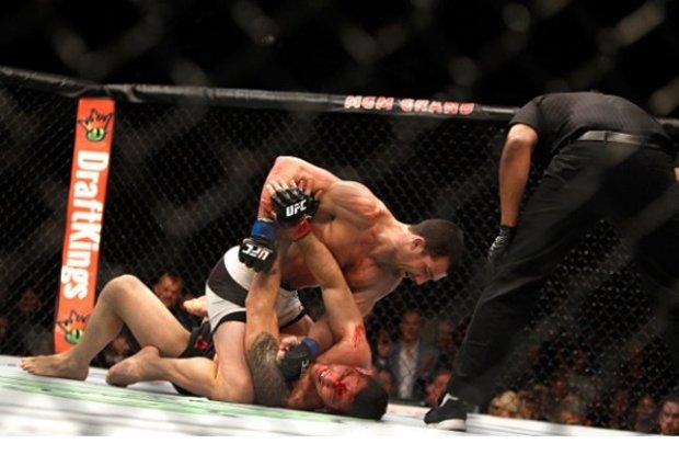 Ground and pound de Rockhold castigou Weidman. Foto: Josh Hedges/UFC
