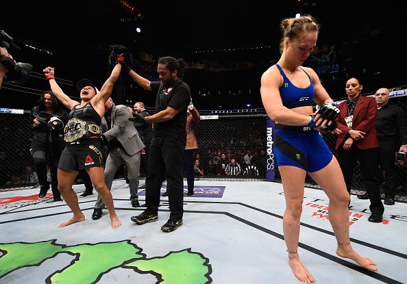 A. Nunes celebra vitória sobre Ronda (FOTO: Josh Hedges/Zuffa LLC/Zuffa LLC via Getty Images)