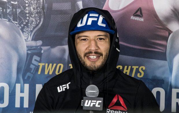 Melendez sofreu com os chutes de Stephens (Foto:Reprodução/Facebook UFC)