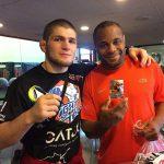 D. Cormier (dir) defendeu Khabib (esq) (Foto: Reprodução Facebook UFC Live Italia)