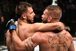 Y. Rodriguez (esq.) e J. Stephens se abraçam após batalha no UFC Boston. Foto: Reprodução/Twitter @ESPN on MMA