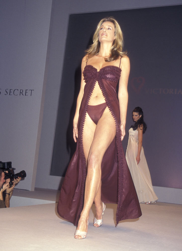 Victoria's Secret Fashion Show 1998 – Runway – Frederique van der Wal [x 1]