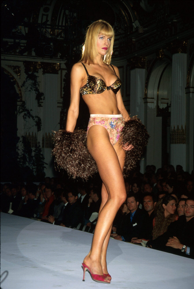 Victoria's Secret Fashion Show 1998 – Runway – Tricia Helfer [x 1]