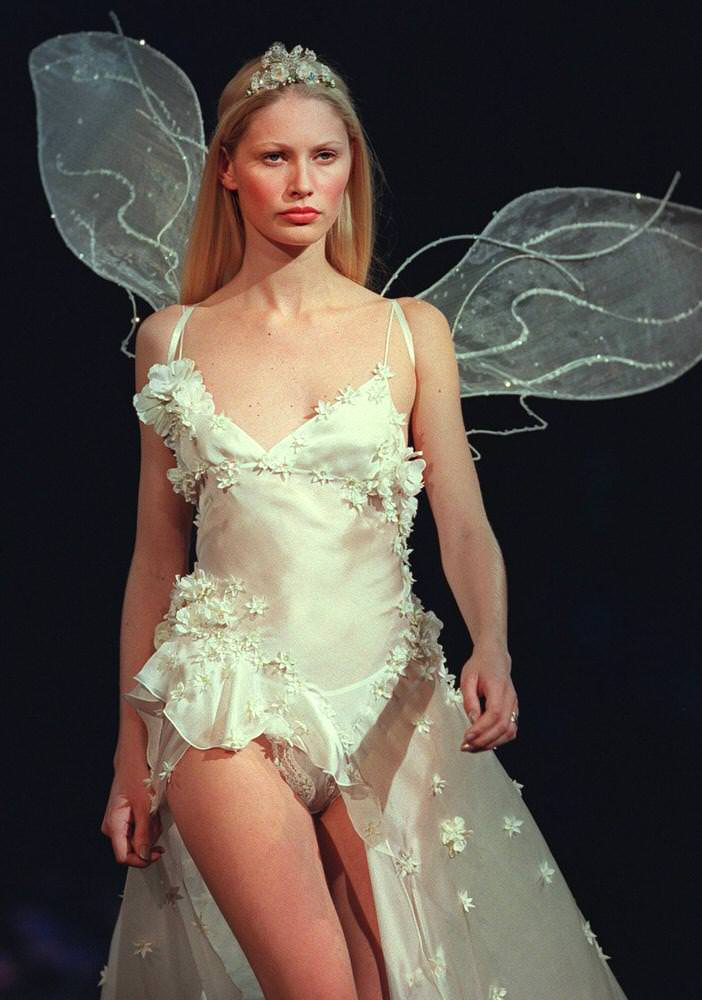 Victoria's Secret Fashion Show 1999 – Runway – Kirsty Hume [x 1]