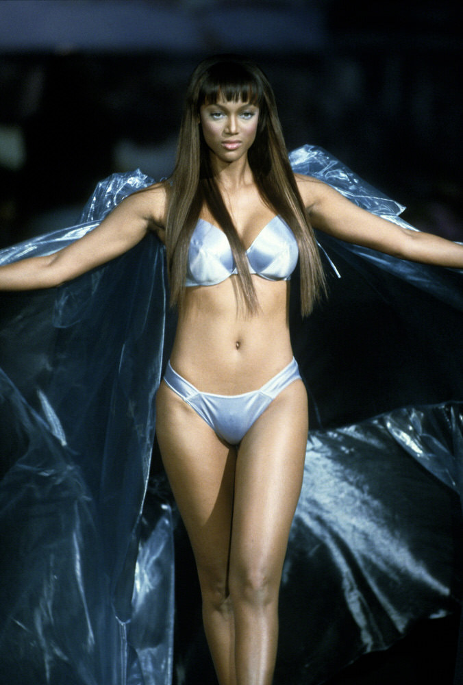 Victoria's Secret Fashion Show 1999 – Runway – Tyra Banks [x 18]