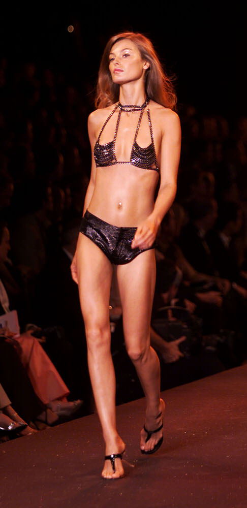 Victoria's Secret Fashion Show 2000 – Runway – Aurelie Claudel [x 2]