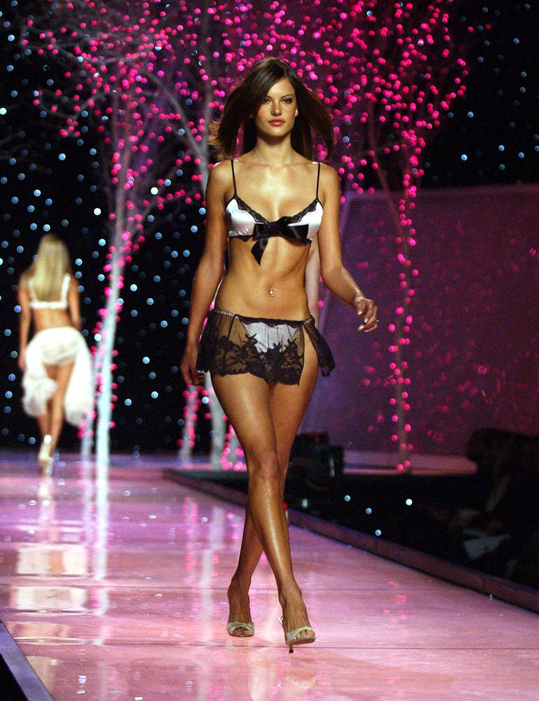 Victoria's Secret Fashion Show 2001 – Runway – Alessandra Ambrosio [x 25]