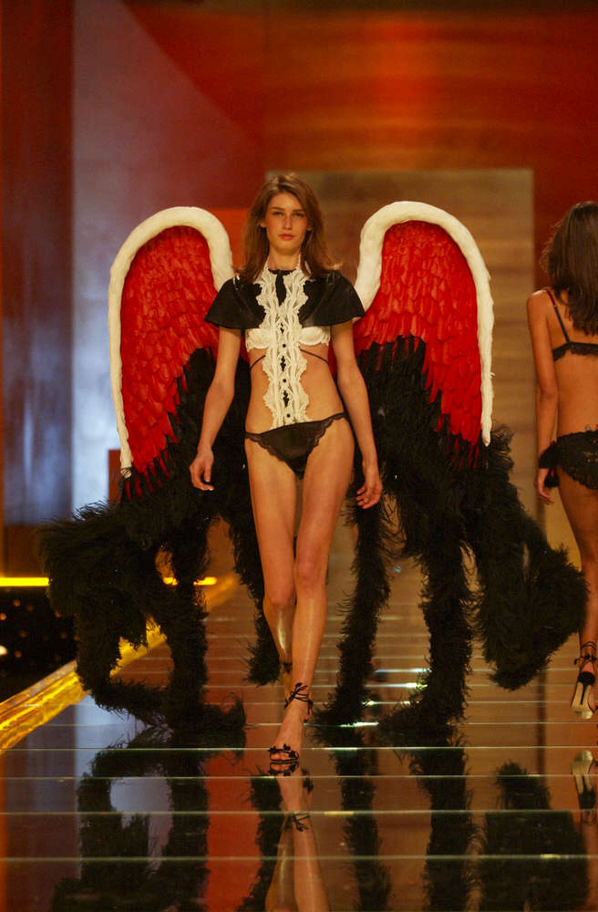 Victoria's Secret Fashion Show 2002 – Runway – Segment 3 – Eugenia Volodina [x 7]